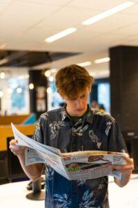 journalist leest nep nieuws in krant voor educatieve escape room van het medialab bibliotheek eemland amersfoort